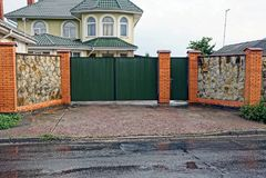 La porte verte et la porte du fer et de la barrière grise en pierre Images stock