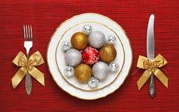 La portion de fête, d'un plat blanc sont des jouets de Noël Le concept du dîner de réveillon de la Saint Sylvestre image stock