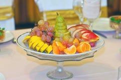 La portion porte des fruits à une nouvelle année et à une table de fête de Noël Photos stock