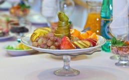 La portion porte des fruits à une nouvelle année et à une table de fête de Noël Photographie stock libre de droits