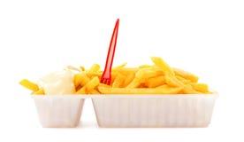 La porzione di fritture con maionese e la plastica si biforcano fotografia stock libera da diritti