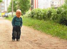 La posa del raglan dei jeans del ragazzo passa alla moda le tasche fotografia stock libera da diritti