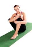 La posa di yoga della giovane donna atletica ed il manicure di pratica di fabbricazione è Fotografia Stock