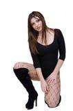 La posa femminile sveglia nello studio si è vestita in tuta sexy Fotografia Stock