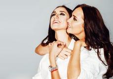 La pose de fille de deux jumelles de soeurs, faisant le selfie de photo, a habillé la même chemise blanche, amis divers de coiffu Images libres de droits