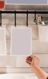 La pose de papier peint blanche émouvante de main de Madame sur le mur en bois photographie stock