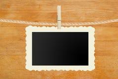 La pose de papier peint de photo sur la corde sur en bois Image stock