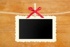 La pose de papier peint de photo sur la corde sur le fond en bois Photo libre de droits