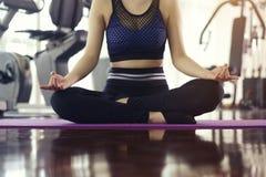 La pose de pratique de yoga de femme médite en position de lotus au fi image libre de droits