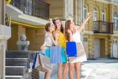La pose de trois amies font le selfie à un téléphone portable Prise de filles Image stock