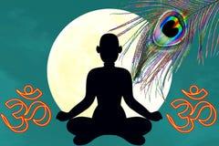 La posición de la yoga con el icono del oim y el pavo real empluman sobre fondo de la luna Imagen de archivo