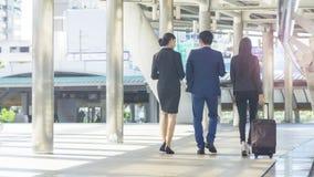 La position arrière des gens d'affaires futés de groupe de l'homme et du woma Photographie stock