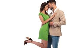 La position chaude de couples a embrassé et regard à l'un l'autre Image stock