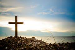 La position croisée sur le coucher du soleil de pré et le fond de fusée La croix sur une colline comme soleil de matin est soulev Image libre de droits