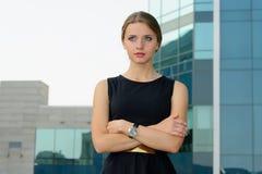 La position de femme d'affaires a croisé ses bras photographie stock