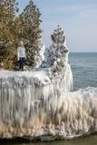 la position de femme sur la glace a couvert le plateau le long du lac Michigan au parc de point de caverne, le Wisconsin image libre de droits