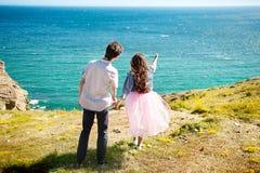La position de voyageurs homme et de femme de couples détendent dans une hausse Concept heureux de mode de vie d'émotions d'amour image libre de droits