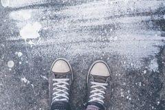 La position sur le plancher en béton avec blanc sèchent des taches de brosse Image libre de droits