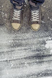 La position sur le plancher en béton avec le drybrush blanc souille Photo stock