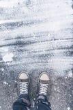 La position sur le plancher en béton avec le drybrush blanc souille Photos stock