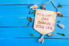 La positividad puede cambiar su texto de la vida en la voluta de papel imágenes de archivo libres de regalías