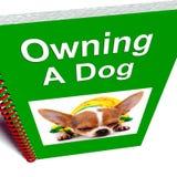 La possession d'un livre de crabot affiche le conseil canin de soin illustration stock