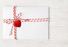 La posta della busta del giorno di biglietti di S. Valentino, cuore ha legato la corda, Valentine Letter immagine stock