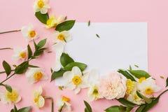 La postal adornó las flores Fotos de archivo