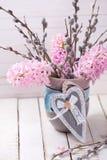 La postal con los jacintos y el sauce florece en florero y decorati Fotos de archivo