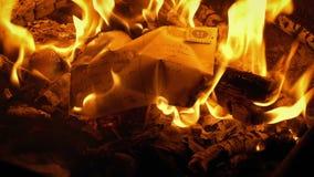 La postal puso el fuego y las quemaduras - contenido genérico almacen de metraje de vídeo