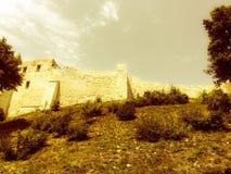 La postal vieja le gusta vista de una pared del castillo Fotos de archivo