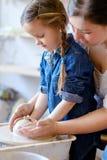 La poterie chasse l'étudiant fait main d'atelier de passe-temps image stock