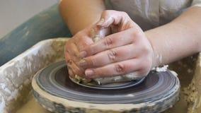 La poterie de passe-temps chasse l'atelier formant l'argile clips vidéos