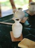 La poterie de terre brune faite main en céramique aiment des pots Photos libres de droits