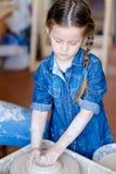 La poterie handcraft la roue d'argile de forme de fille de passe-temps photographie stock libre de droits