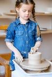 La poterie handcraft la roue d'argile de forme de fille de passe-temps images libres de droits