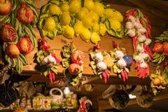 La poterie porte des fruits sur le marché de Noël dans Como, Italie photographie stock libre de droits