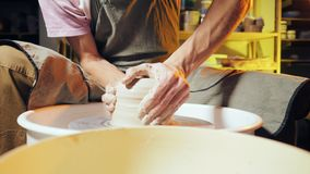 La poterie traditionnelle faisant, professeur d'homme montre les fondements de la poterie dans le studio d'art L'artiste actionne banque de vidéos