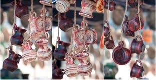 La poterie traditionnelle roumaine handcrafted des tasses à une boutique de souvenirs Cruches handcrafted traditionnelles roumain Images libres de droits
