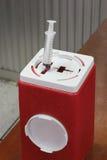 La poubelle pour mettre l'après utilisation d'aiguilles et de lame dans le hospi images libres de droits