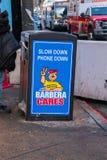 La poubelle sur une rue de ville qui a se connectent l'est dire latéral de ralentir et mettre le téléphone vers le bas images stock