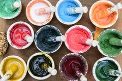 La poudre de couleur dans le mortier photo libre de droits