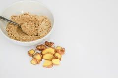 La poudre de gingembre dans la cuvette avec la cuillère en métal, la racine de gingembre et le gingembre rapièce en dehors de la  Photographie stock