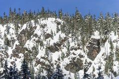 La poudre de Sunny Day Blue Sky Above a couvert le paysage d'hiver de neige sur Rocky Cliff Image stock
