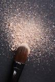 La poudre dispersée et composent la brosse Photographie stock libre de droits