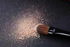 La poudre dispersée et composent la brosse Image stock