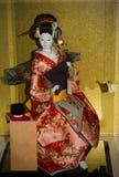 La poupée dans le kimono japonais traditionnel, coiffure Photographie stock libre de droits