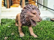 La poupée de tigre dans la cour photo stock