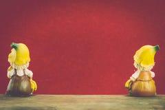 La poupée deux en céramique se reposent sur le bois Photo libre de droits