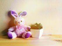 La poupée mignonne de lapin avec le fond en bois et l'espace copient image libre de droits